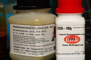 Ammoniumeisen(III)-citrat (grün) und Kaliumhexacyanidoferrat(III)