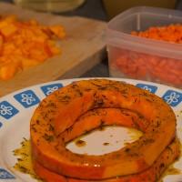 Kürbisringe, fertig mariniert, dahinter Kürbis- und Karottenwürfel