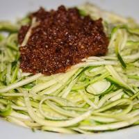 "Tomate-Walnuss-Pesto auf Zucchini-""Spaghetti"" (nach Attila Hildmann)"