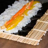 Sushi-Reis auf Nori-Blatt verteilen, Füllung auflegen und...