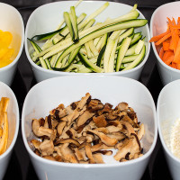Paprika, Gurke, Karotte, gebratener Tofu, Shii-Take (Pilz), Sesam
