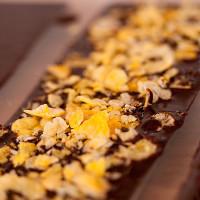 05. Schokolade in Form gießen und großzügig mit Füllung bestreuen.