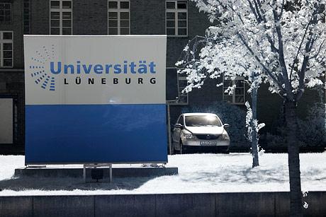 Namensschild der Universität