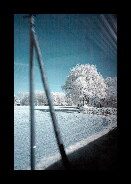 Landschaft aus dem fahrenden Zug heraus aufgenommen