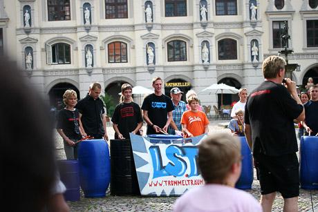 L.S.T. vor dem Rathaus